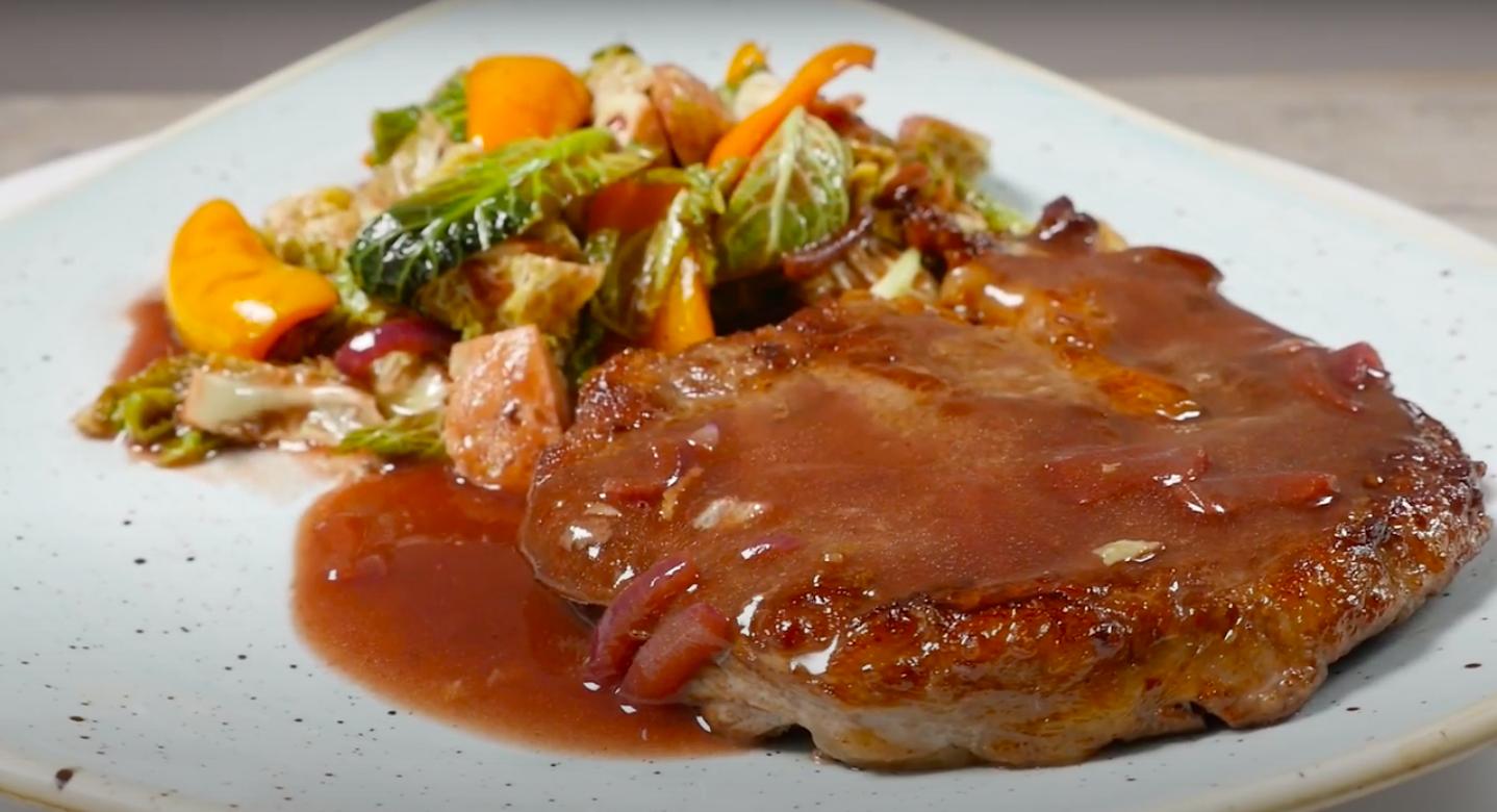 Antricot cu varză creță și sos de vin roșu