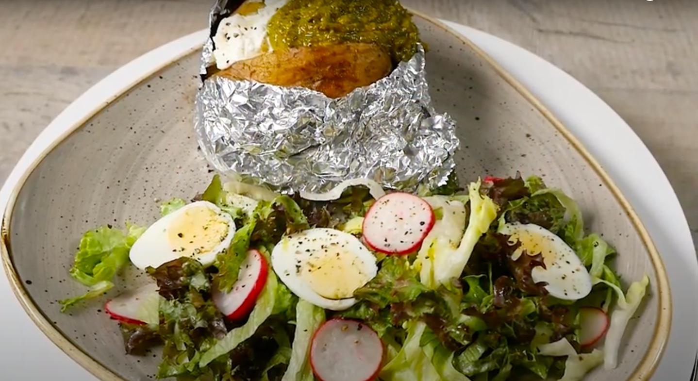 Cartofi copti cu sos verde si salata